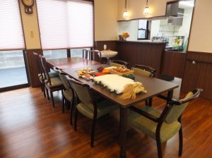 グループホーム あずま野施設のモダン和風な食堂