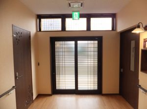グループホーム あずま野施設 大正浪漫な広々廊下