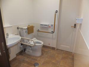 グループホーム あずま野施設のらくらく車椅子用トイレ